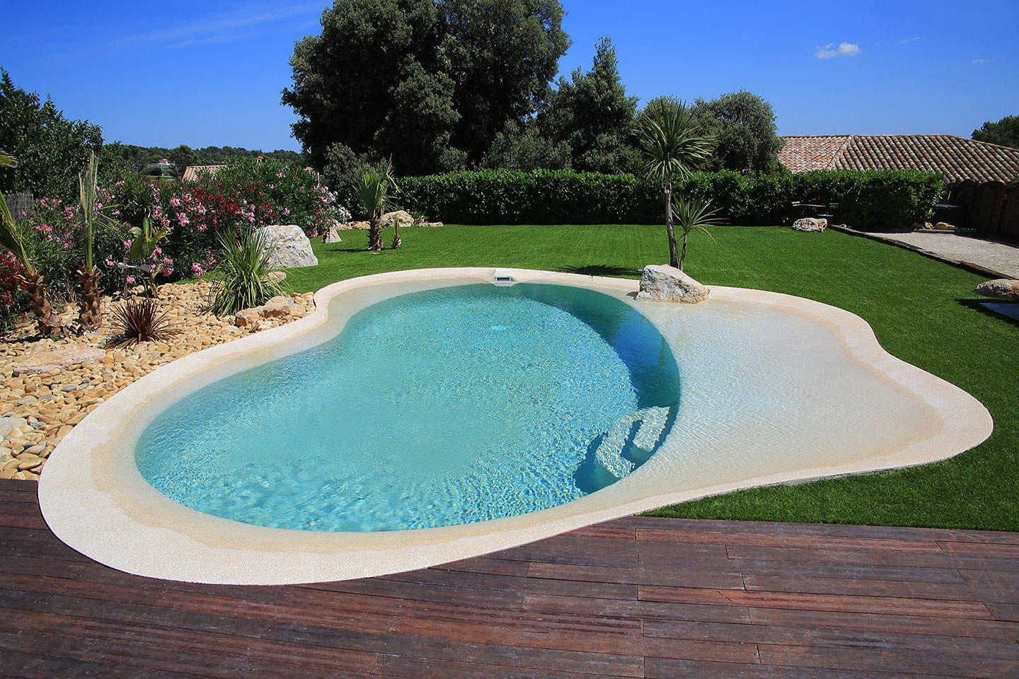 Nice piscine avec plage immergee 11 piscines for Piscine coque carree 3x3